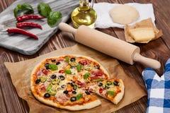 Εύγευστο σπίτι που γίνεται την πίτσα Στοκ φωτογραφίες με δικαίωμα ελεύθερης χρήσης