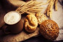 Εύγευστο σπιτικό ψωμί με ολόκληρα τα σιτάρια και το μαύρο κύμινο Στοκ Φωτογραφία