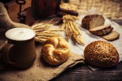 Εύγευστο σπιτικό ψωμί με ολόκληρα τα σιτάρια και το μαύρο κύμινο Στοκ Εικόνες