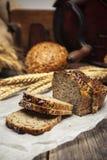 Εύγευστο σπιτικό ψωμί με ολόκληρα τα σιτάρια και το μαύρο κύμινο Στοκ εικόνα με δικαίωμα ελεύθερης χρήσης