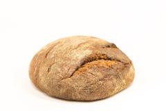 Εύγευστο στρογγυλό ψωμί σίκαλης που απομονώνεται σε ένα άσπρο υπόβαθρο Ολόκληρα φρέσκα υγιή ψημένα αγαθά Χρήσιμος για τα vegans Στοκ Εικόνες