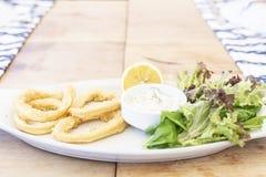 Εύγευστο τσιγαρισμένο φρέσκο calamari με τη σάλτσα ταρτάρου στοκ φωτογραφίες με δικαίωμα ελεύθερης χρήσης