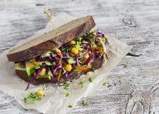 Εύγευστο υγιές χορτοφάγο ανοικτό λάχανο slaw και ένα chickpea σάντουιτς Στοκ εικόνα με δικαίωμα ελεύθερης χρήσης
