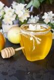Εύγευστο φρέσκο μέλι άνοιξη στο βάζο γυαλιού Στοκ φωτογραφία με δικαίωμα ελεύθερης χρήσης
