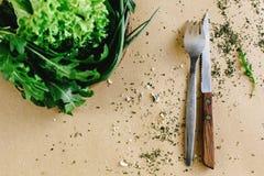 Εύγευστο φρέσκο σπανάκι arugula σαλάτας στο ξύλινα κύπελλο και τα μαχαιροπήρουνα Στοκ φωτογραφίες με δικαίωμα ελεύθερης χρήσης