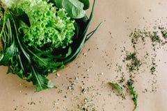 Εύγευστο φρέσκο σπανάκι arugula σαλάτας στο ξύλινο κύπελλο στην τέχνη β Στοκ Φωτογραφίες