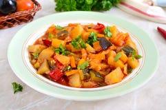 Εύγευστο φυτικό stew σε ένα κύπελλο στον πίνακα στοκ φωτογραφίες