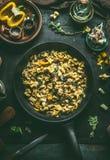 Εύγευστο χορτοφάγο τηγάνι ζυμαρικών tortellini με τα λαχανικά, τα χορτάρια και τα μανιτάρια στο πιάτο με το δίκρανο στο σκοτεινό  στοκ φωτογραφίες με δικαίωμα ελεύθερης χρήσης