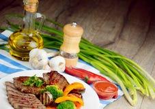 Εύγευστο ψημένο στη σχάρα βόειο κρέας steakes Στοκ Φωτογραφία