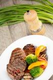 Εύγευστο ψημένο στη σχάρα βόειο κρέας steakes Στοκ Φωτογραφίες