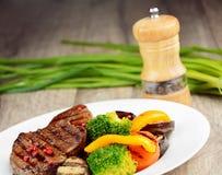 Εύγευστο ψημένο στη σχάρα βόειο κρέας steakes Στοκ εικόνες με δικαίωμα ελεύθερης χρήσης