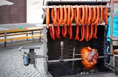 Εύγευστο ψημένο στη σχάρα κρέας με τα λουκάνικα πέρα από τους άνθρακες σε μια σχάρα Στοκ φωτογραφίες με δικαίωμα ελεύθερης χρήσης