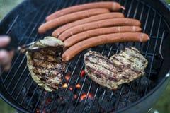 Εύγευστο ψημένο στη σχάρα κρέας πέρα από τον άνθρακα bbq σχαρών σχαρών Στοκ Φωτογραφία