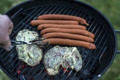 Εύγευστο ψημένο στη σχάρα κρέας πέρα από τον άνθρακα bbq σχαρών σχαρών Στοκ εικόνες με δικαίωμα ελεύθερης χρήσης