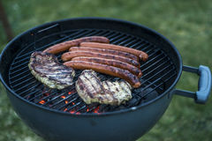 Εύγευστο ψημένο στη σχάρα κρέας πέρα από τον άνθρακα bbq σχαρών σχαρών Στοκ εικόνα με δικαίωμα ελεύθερης χρήσης