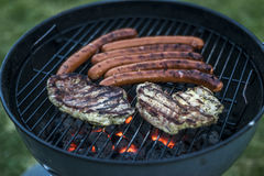 Εύγευστο ψημένο στη σχάρα κρέας πέρα από τον άνθρακα bbq σχαρών σχαρών Στοκ φωτογραφίες με δικαίωμα ελεύθερης χρήσης