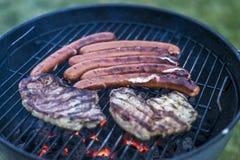 Εύγευστο ψημένο στη σχάρα κρέας πέρα από τον άνθρακα bbq σχαρών σχαρών Στοκ φωτογραφία με δικαίωμα ελεύθερης χρήσης
