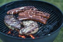 Εύγευστο ψημένο στη σχάρα κρέας πέρα από τον άνθρακα bbq σχαρών σχαρών Στοκ Φωτογραφίες