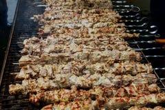 εύγευστο ψημένο στη σχάρα κρέας πέρα από τους άνθρακες σε μια σχάρα ή τη φλεμένος σχάρα στοκ εικόνα με δικαίωμα ελεύθερης χρήσης