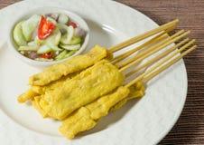 Εύγευστο ψημένο στη σχάρα χοιρινό κρέας Satay που εξυπηρετείται με τη σαλάτα αγγουριών Στοκ εικόνα με δικαίωμα ελεύθερης χρήσης