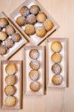 Εύγευστο ψημένο χειροποίητο μπισκότο κουλουρακιών στα ξύλινα κιβώτια Στοκ Εικόνα