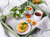 Εύγευστο ψωμί φρυγανιών με τη σπιτική μαρμελάδα βερίκοκων Στοκ Εικόνες