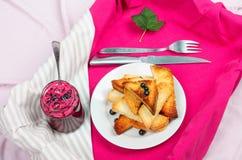 Εύγευστο ψωμί φρυγανιών με τη σπιτική μαρμελάδα σταφίδων με το δίκρανο και το μαχαίρι Στοκ Φωτογραφία