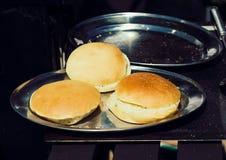 Εύγευστο ψωμί χάμπουργκερ ή σάντουιτς στο δίσκο Στοκ φωτογραφία με δικαίωμα ελεύθερης χρήσης