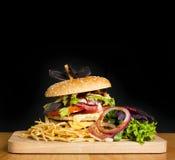 Εύγευστο burger με δύο cutlets Στοκ Φωτογραφίες