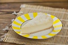 Εύγευστο cheesecake με την καρύδα στο πιάτο Στοκ φωτογραφίες με δικαίωμα ελεύθερης χρήσης