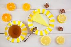 Εύγευστο cheesecake με το λεμόνι στο πιάτο Στοκ Εικόνες