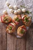 Εύγευστο crostini με το τυρί μπέϊκον και μοτσαρελών Κατακόρυφος Στοκ φωτογραφία με δικαίωμα ελεύθερης χρήσης