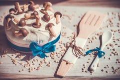Εύγευστο cupcake με τη διακόσμηση μανιταριών για τον εορτασμό Πάσχας Καλαμπόκι Στοκ εικόνα με δικαίωμα ελεύθερης χρήσης