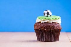 Εύγευστο cupcake στον πίνακα Στοκ εικόνα με δικαίωμα ελεύθερης χρήσης