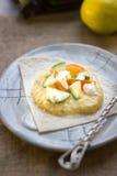 Εύγευστο hummus στο μπλε πιάτο με τα φρέσκα λαχανικά Στοκ φωτογραφία με δικαίωμα ελεύθερης χρήσης