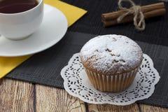 Εύγευστο mafin με την κονιοποιημένη ζάχαρη Στοκ Φωτογραφίες