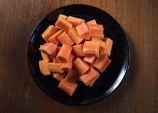 Εύγευστο papaya στο μαύρο πιάτο και το ξύλινο υπόβαθρο Στοκ φωτογραφία με δικαίωμα ελεύθερης χρήσης