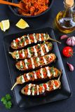 Εύγευστο Quinoa ξεφυτρώνει γεμισμένη ντομάτα μελιτζάνα Στοκ φωτογραφία με δικαίωμα ελεύθερης χρήσης