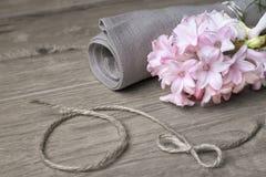 Εύθραυστη ρόδινη πετσέτα υάκινθων και λινού Στοκ Εικόνες