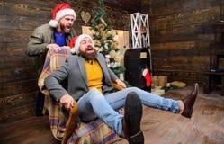 Εύθυμα άτομα που έχουν τη διασκέδαση στο σπίτι διασκέδαση Χριστουγέννω Δεν θα τρυπηθείτε ποτέ εάν να έχοντας τέτοιο φίλο Σπά στοκ εικόνες με δικαίωμα ελεύθερης χρήσης
