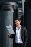 Εύθυμα έγγραφα ανάγνωσης επιχειρηματιών Στοκ Εικόνες