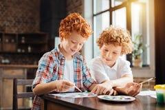 Εύθυμα αγόρια που χρωματίζουν μαζί στην κουζίνα Στοκ εικόνα με δικαίωμα ελεύθερης χρήσης