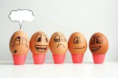 Εύθυμα αυγά σε μια σειρά, που ευθυγραμμίζεται Στοκ φωτογραφίες με δικαίωμα ελεύθερης χρήσης