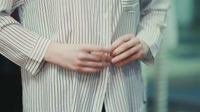 Εύθυμα ελκυστικά φερμουάρ κοριτσιών το πουκάμισό της απόθεμα βίντεο