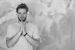 Εύθυμα εφηβικά τραγούδια ακούσματος του DJ μέσω των ακουστικών Μουσικός τρόπος ζωής στοκ φωτογραφίες