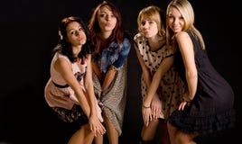 Εύθυμα νέα κορίτσια που ζαρώνουν τα στόματά τους Στοκ Φωτογραφίες
