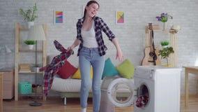 Εύθυμα νέα πράγματα πλυσιμάτων νοικοκυρών γυναικών φιλμ μικρού μήκους