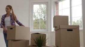 Εύθυμα οικογενειακά φέρνοντας κιβώτια στο αγορασμένο σπίτι απόθεμα βίντεο