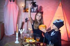 Εύθυμα παιδιά στα κοστούμια στο κόμμα αποκριών Στοκ φωτογραφία με δικαίωμα ελεύθερης χρήσης