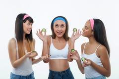 Εύθυμα τρία λεπτά κορίτσια λαμβάνουν το δέρμα Στοκ Εικόνα